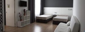 Habitación de dos camas individuales y sofá cama